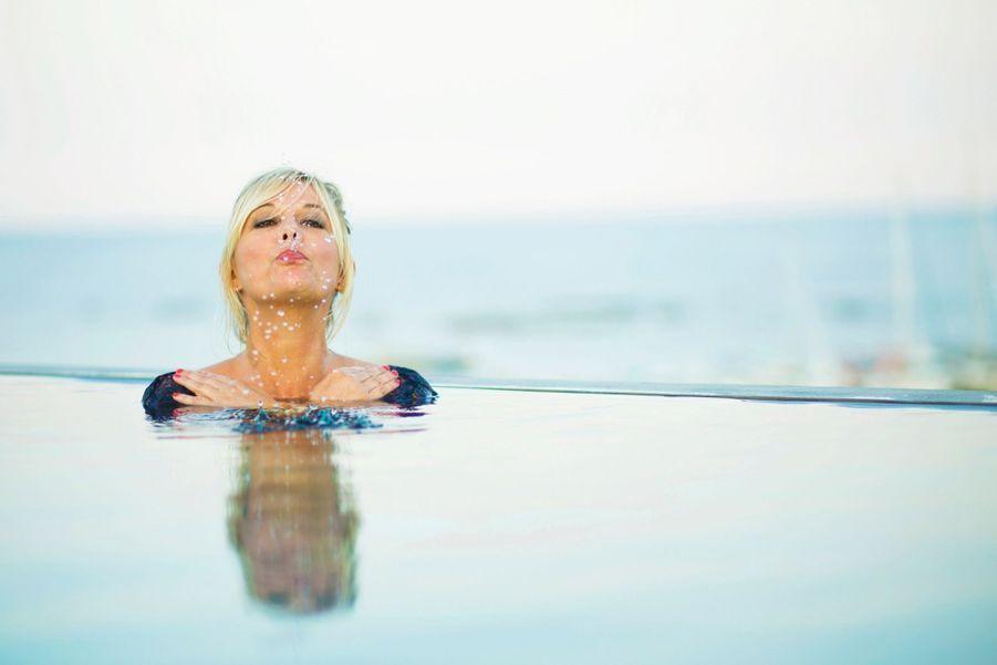 Facétieuse : dans la piscine à débordement de l'hôtel Le Pinarello qui surplombe la mer, Flavie joue à l'otarie.