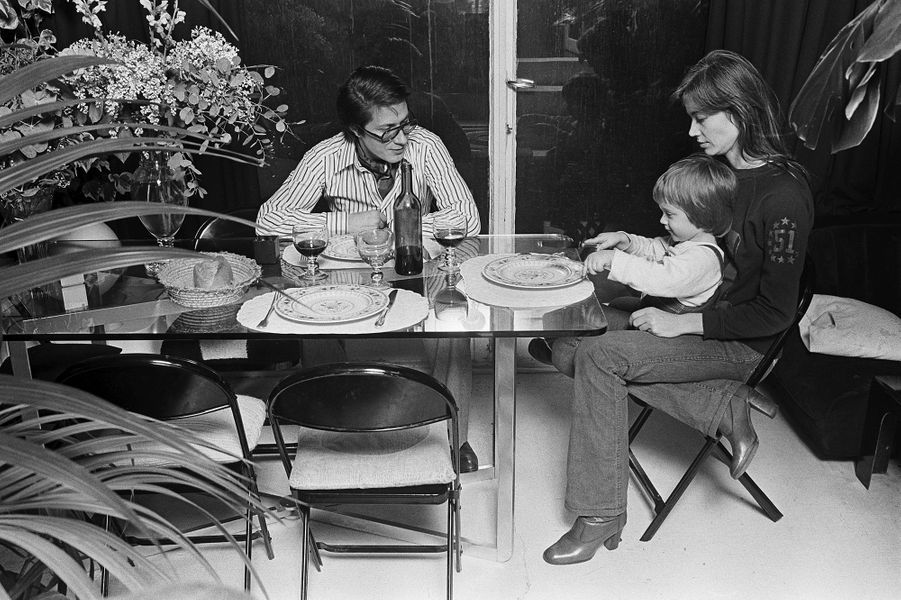 Jacques Dutronc et Françoise Hardy avec leur fils Thomas, âgé de deux ans, à Paris.