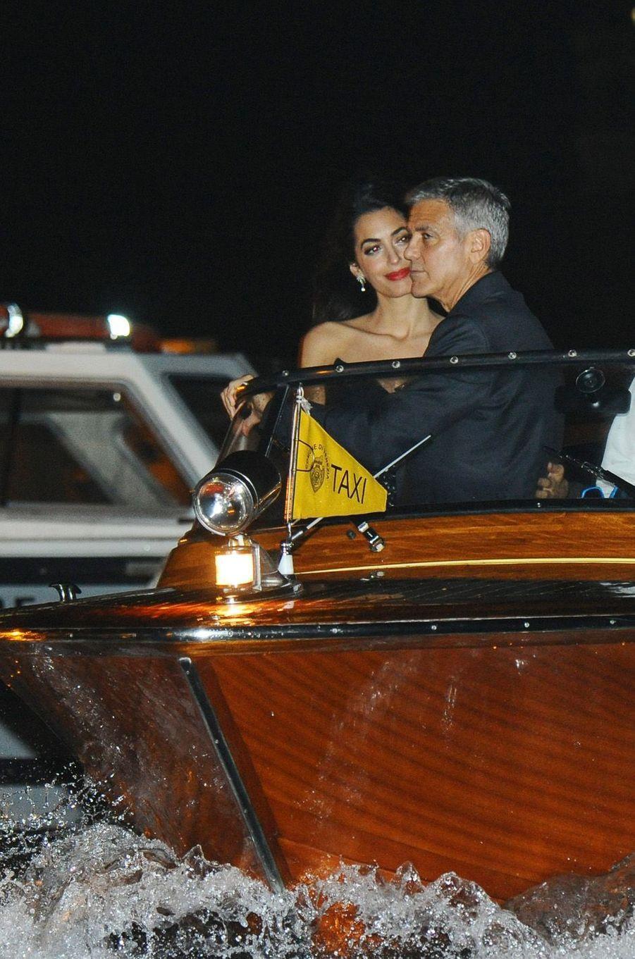 Amal et George Clooney sur un bateau taxi, à Venise le 31 août 2017.