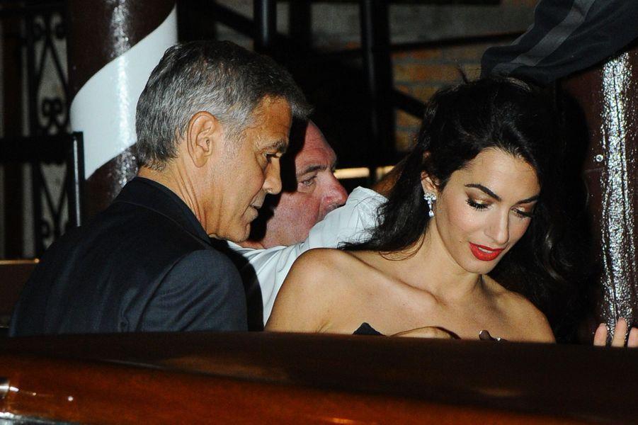 George et Amal Clooney sur un bateau taxi, à Venise le 31 août 2017.