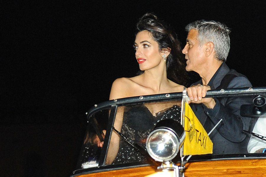 George Clooney et sa femme Amal sur un bateau taxi, à Venise le 31 août 2017.