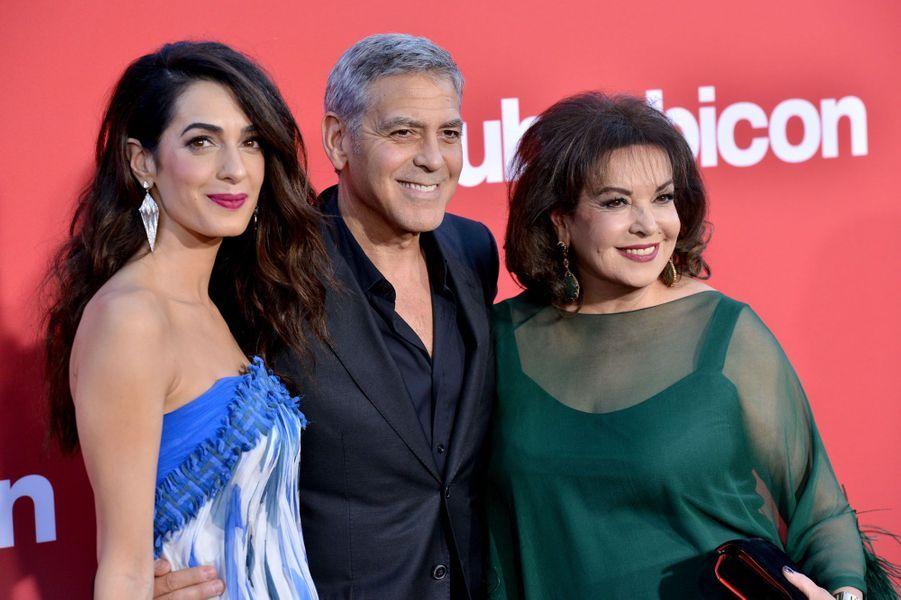 """Amal, George Clooney et Baria Alamuddinà l'avant-première de """"Suburbicon"""", le 22 octobre 2017 à Los Angeles."""