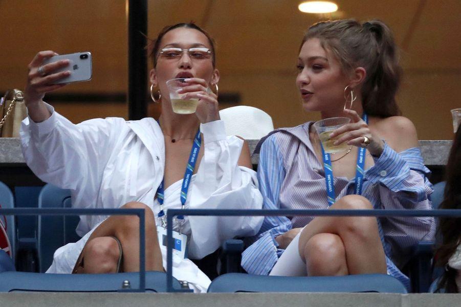 Bella et Gigi Hadid dans les tribunes de l'US Open de tennis à New York, le 4 septembre 2018