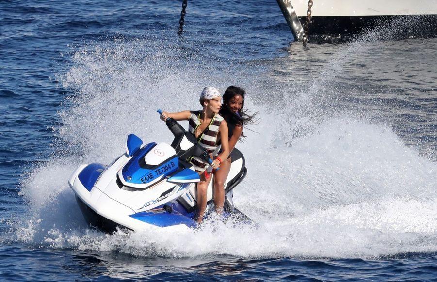 Bella Hadid et une amie sur un Jet Ski en Grèce, le 30 juillet 2019.