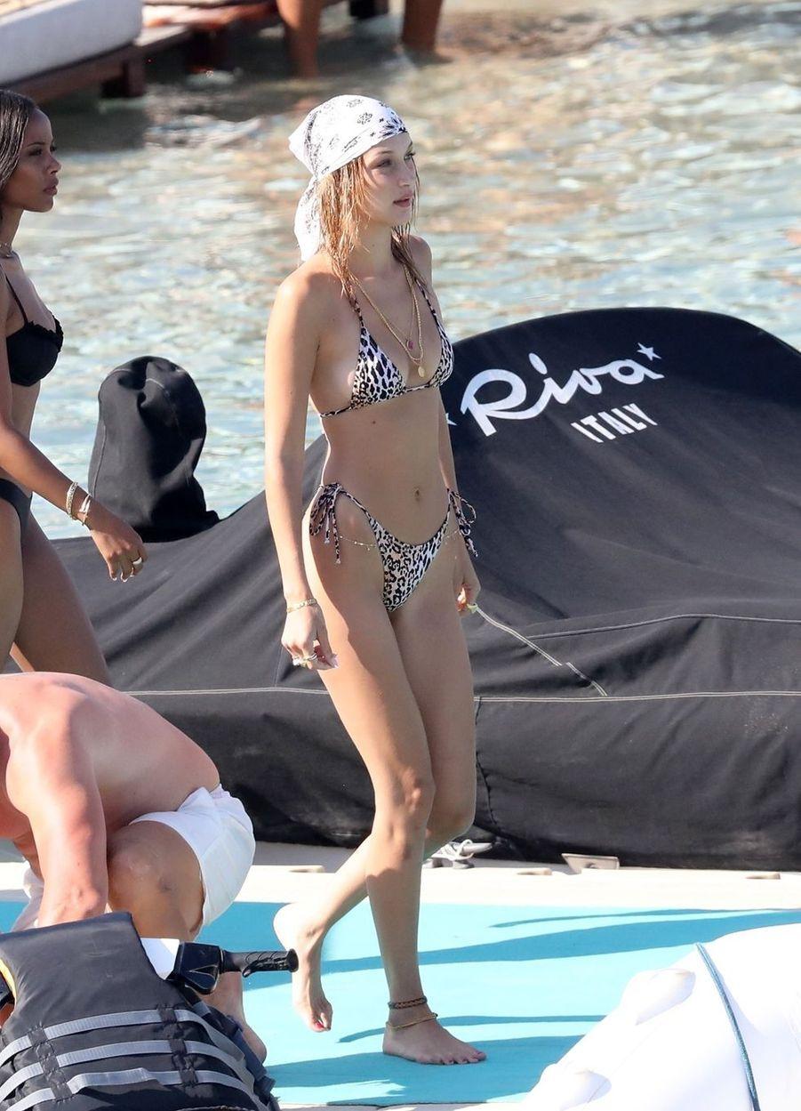 Bella Hadid en Grèce le 30 juillet 2019.
