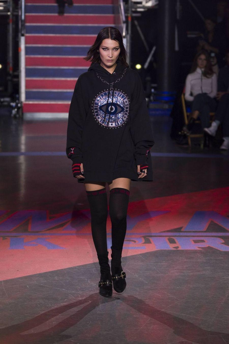 Bella Hadidau défilé Tommy Hilfiger à la Fashion Week de Londres, le 19 septembre 2017.