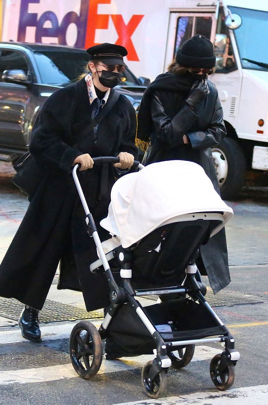 Gigi Hadid en promenade avec sa fille et sa soeur Bellaà New York le 15 décembre 2020