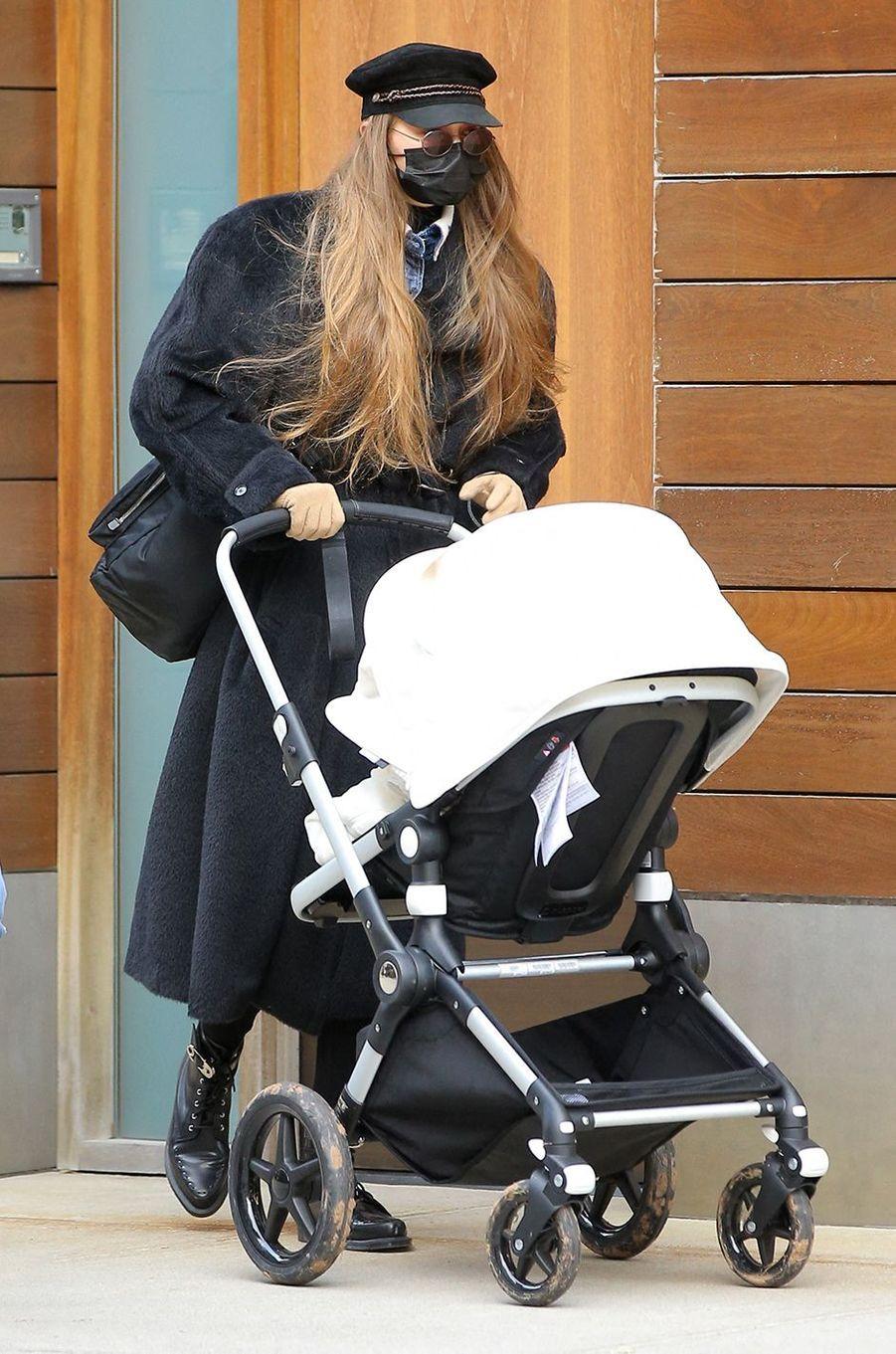 Gigi Hadiden promenade avec sa filleà New York le 15 décembre 2020