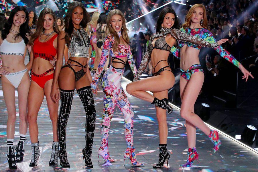 Kendall Jenner et Gigi Hadid avec des mannequins Victoria's Secret