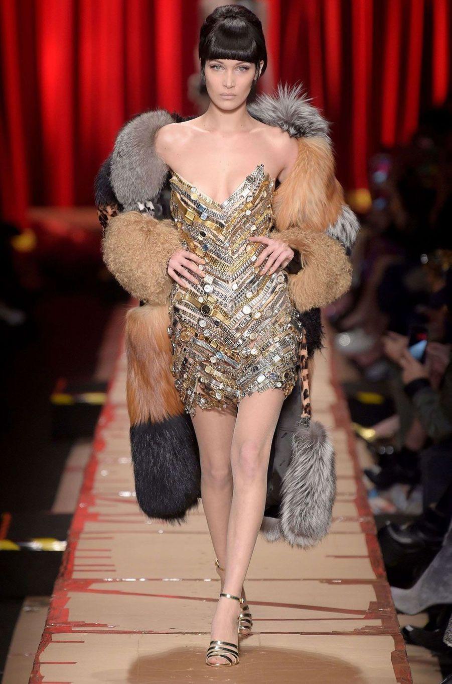 Bella Hadid au défilé Moschino.