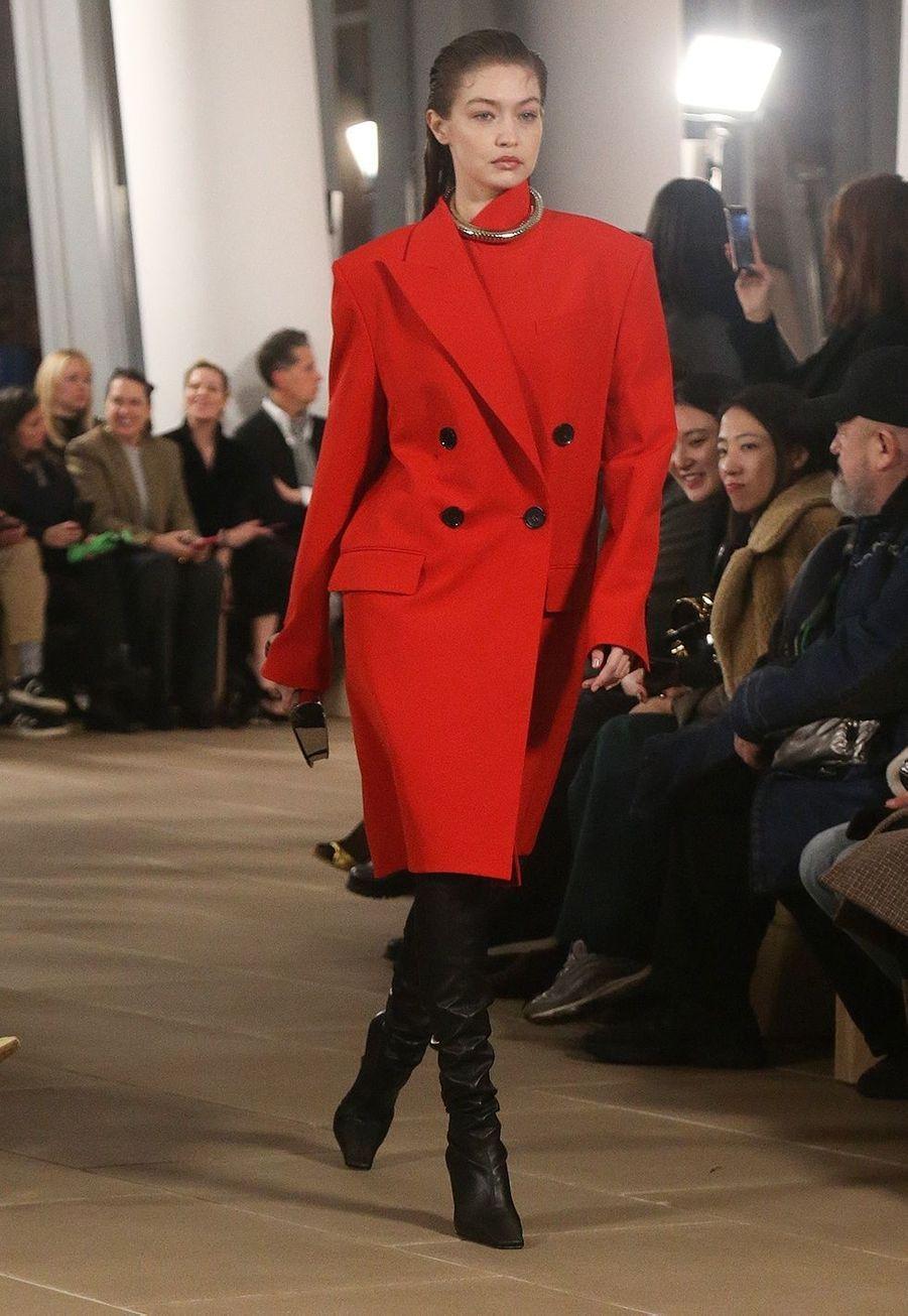 Gigi Hadiddéfile pourProenza Schouler lors de la Fashion Week à New York, le 10 février 2020.