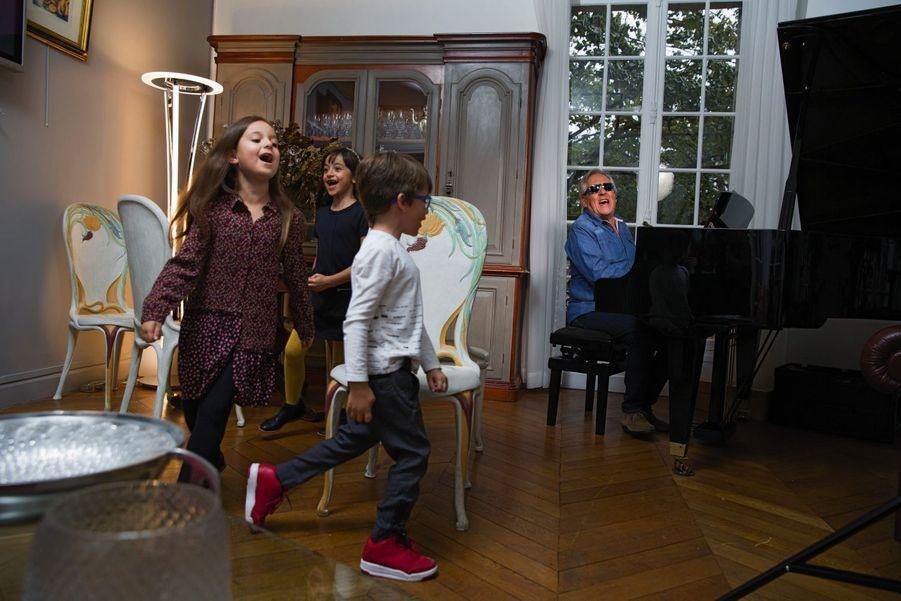 Le jeu des chaises musicales : un rituel ! Avec Gilbert et trois de ses petits-enfants, Ava, 7 ans (à g.), Noé, 6 ans, et sa sœur Elsa, 9 ans, à Paris dans le XIe arrondissement.