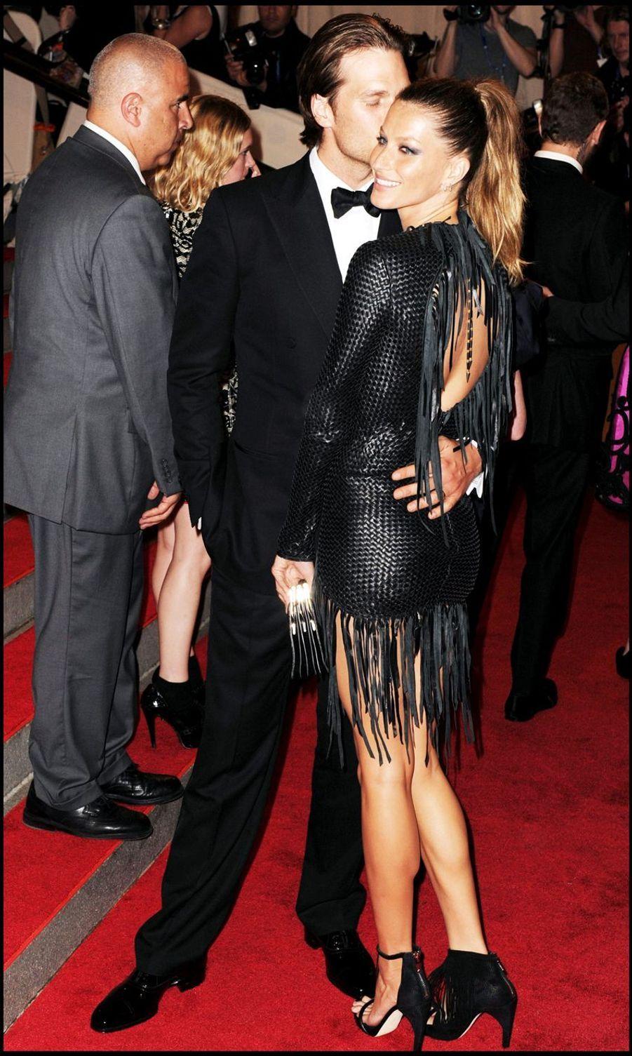 """Tom Brady et Gisele Bündchen lors de la soirée""""The Costume Institute's American Woman"""" au Metropolitan Museum de New York, le 3 mai 2010"""