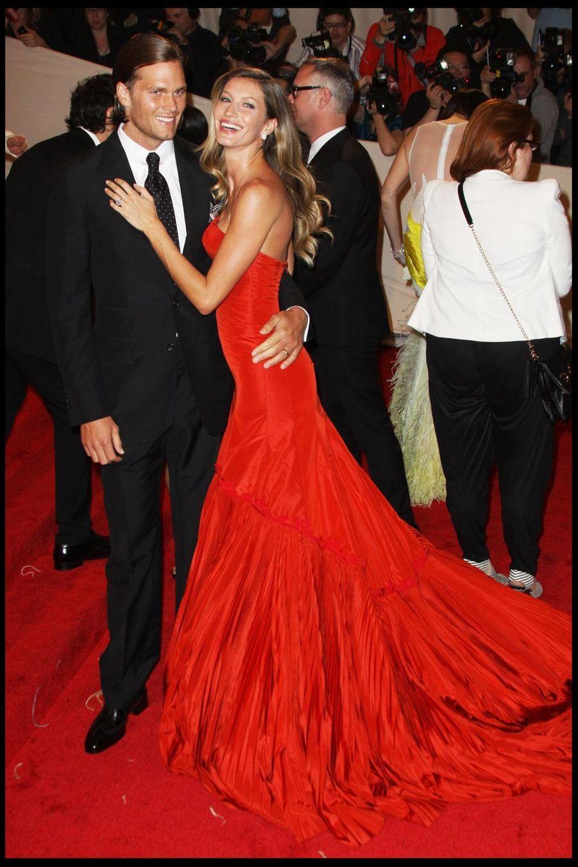 """Tom Brady et Gisele Bündchen lors de la soirée""""Alexander McQueen"""" au Metropolitan Museum de New York, le 2 mai 2011"""