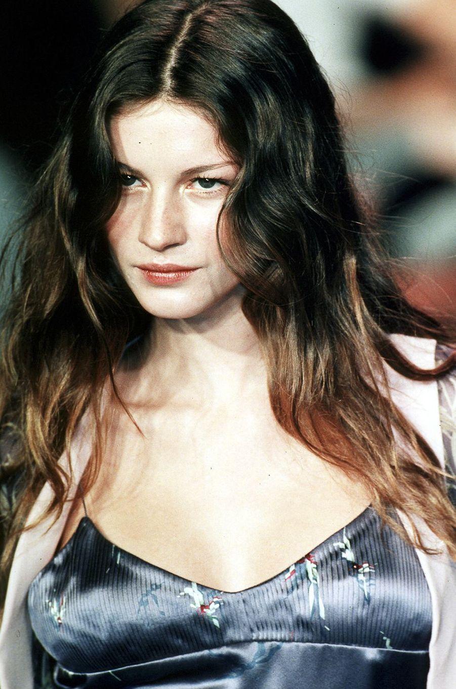 Gisele Bündchen défile pour Chloé à Paris en 1998