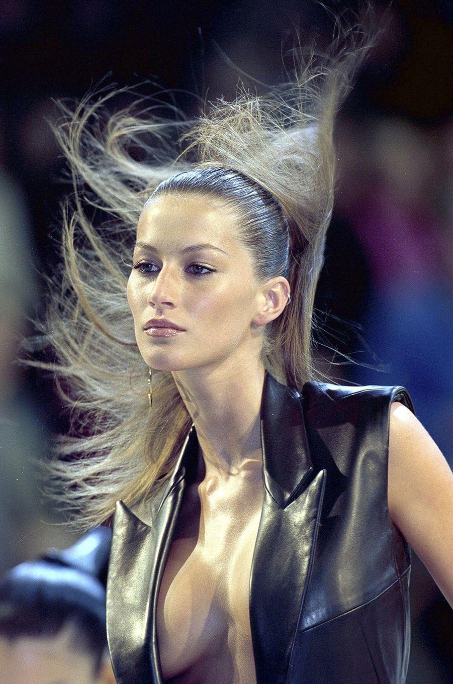 Gisele Bündchen défile pour Givenchy à Paris en 1998