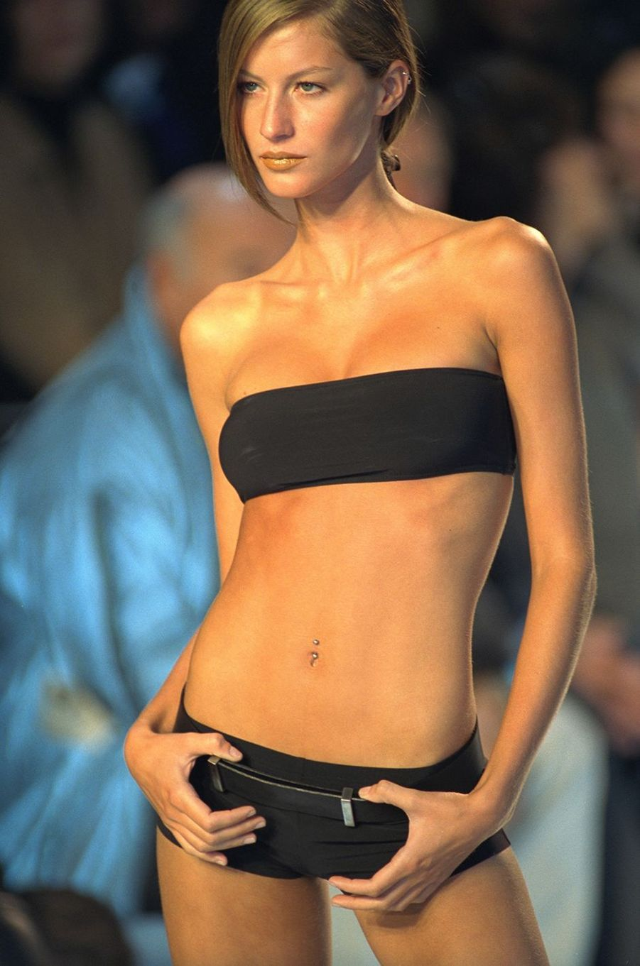 Gisele Bündchen défile pour Yves Saint Laurent à Paris en 1999