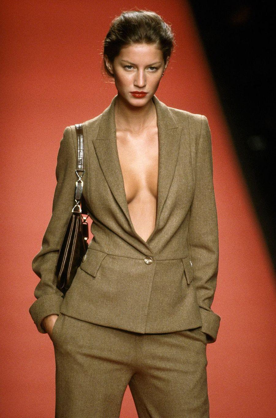 Gisele Bündchen défile pour Carolina Herrera à New York en 1999