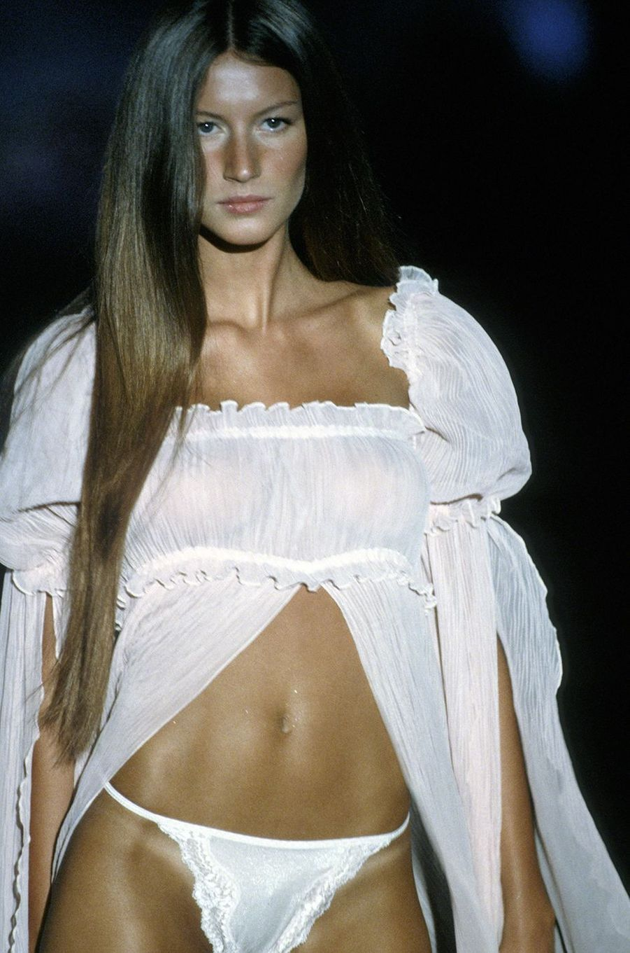 Gisele Bündchen défile pour Victoria's Secret à New York en 1999