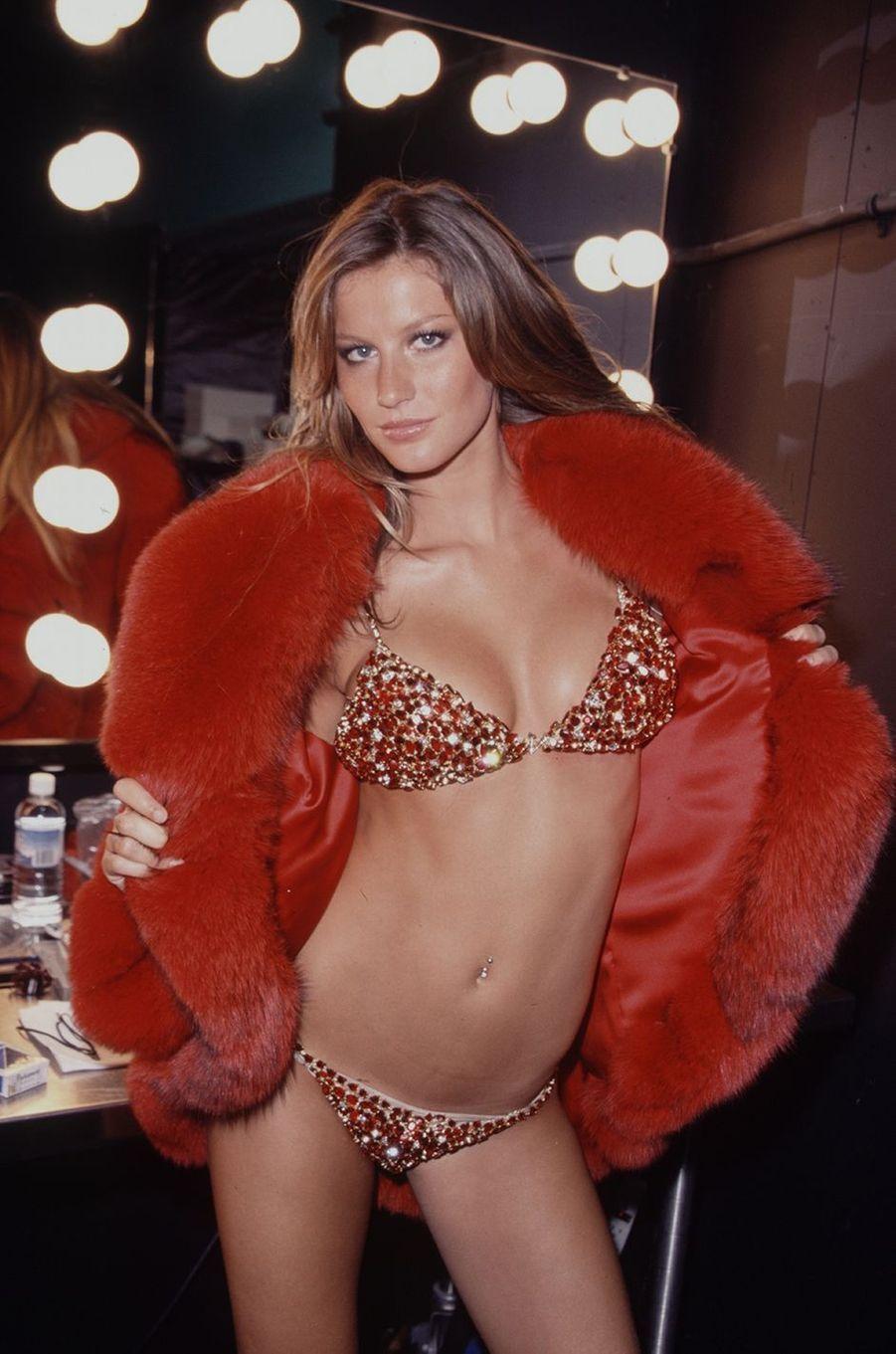 Gisele Bündchen portant le Red Hot Fantasy Bra, un soutien-gorge à 15 millions de dollars, pour Victoria's Secret, en 2000