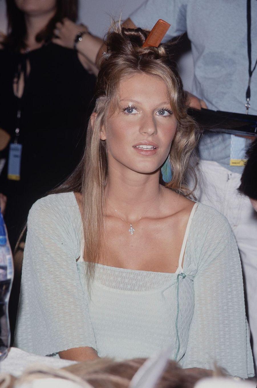 Gisele Bündchen dans les coulisses d'un défilé à la fin des années 1990