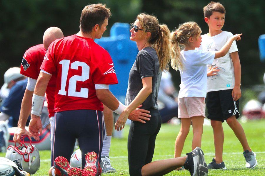 Gisele Bündchen a amené ses enfants Vivian et Benjamin au stade Gillette pour rendre visite à son mari Tom Brady à l'occasion de son 41ème anniversaire.