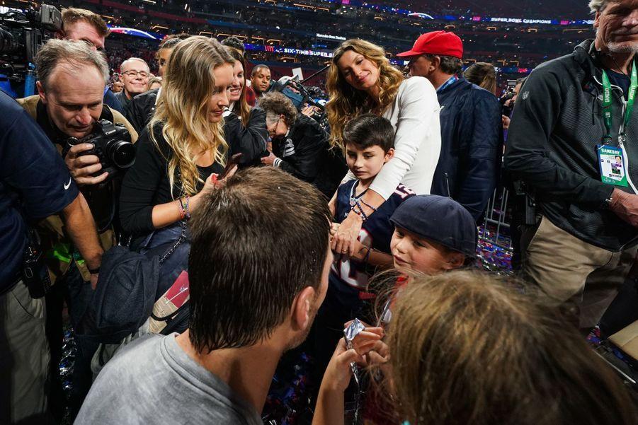 Gisele Bündchen, Tom Brady et leurs enfants après la victoire du footballeur lors du Super Bowl le 3 février 2019 à Atlanta (Géorgie).