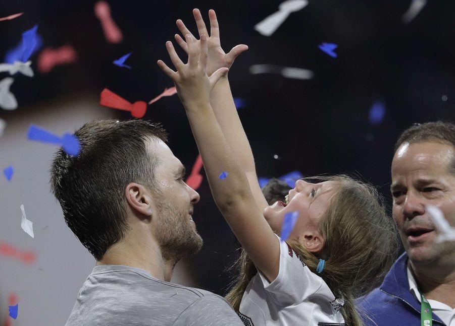 Tom Brady fête sa victoire au Super Bowl avec sa fille Vivian dans les bras, le 3 février 2019 à Atlanta (Géorgie).