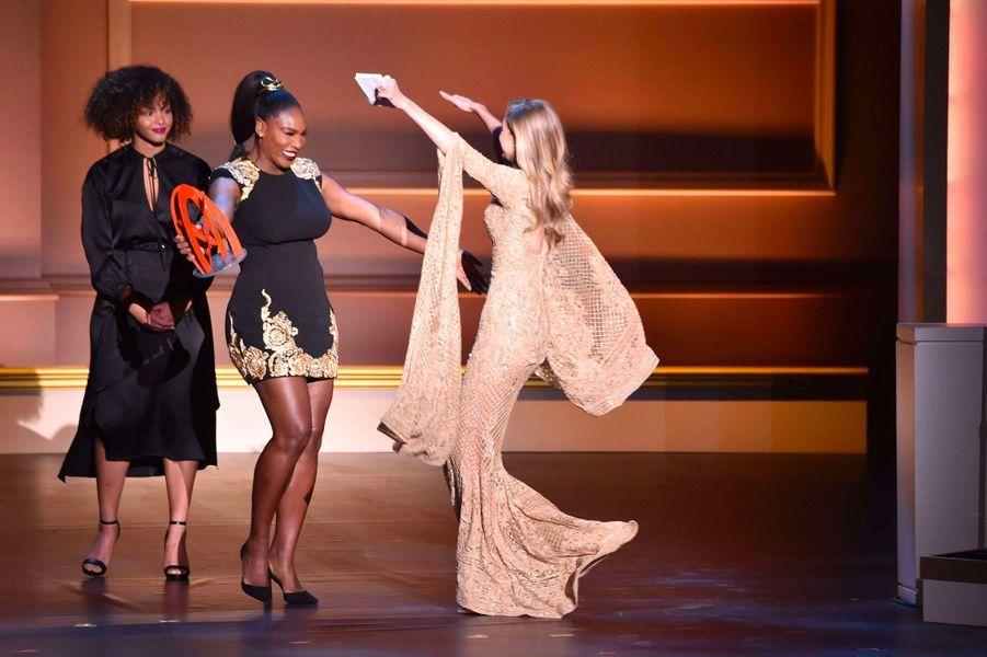 Gigi Hadid reçoit un award à la soirée Glamour Women of the Year des mains de Serena Williams
