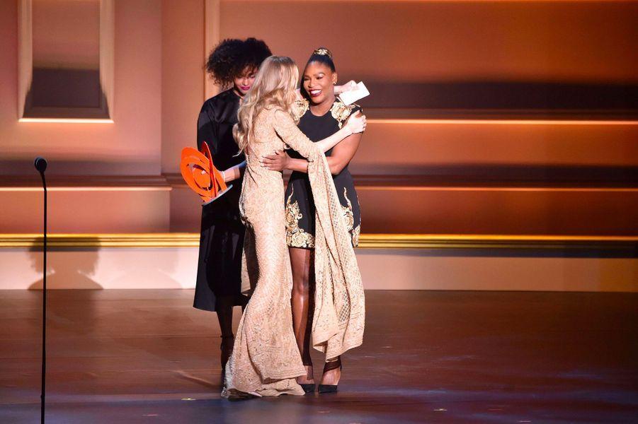 Gigi Hadid sur la scène des Glamour Women of the Year Awards avec Serena Williams