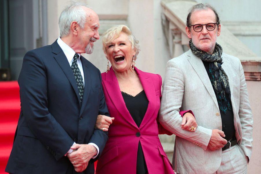 """Glenn Close, Jonathan Pryce et Björn Runge à Londres pour l'avant-première de """"The Wife"""" à Londres, jeudi 9 août 2018"""