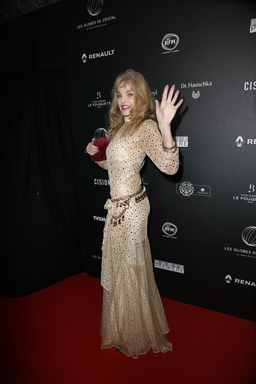 Arielle Dombaslesur le tapis rouge de la 14e édition des Globes de Cristal à Paris le 4 février 2019