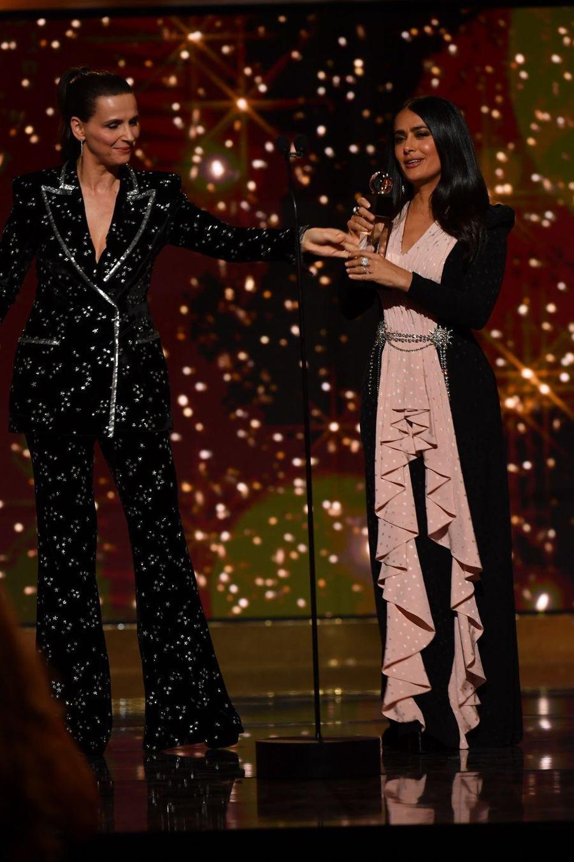 Juliette Binoche remet le Globe d'Honneur international à Salma Hayekà la 14ème cérémonie des Globes de Cristal, à la salle Wagram à Paris, le 4 février 2019