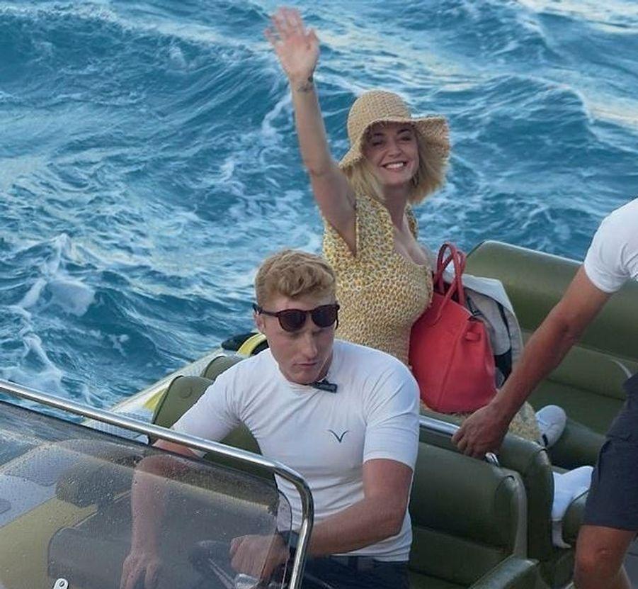 Katy Perry, débarquée d'un super-yacht.