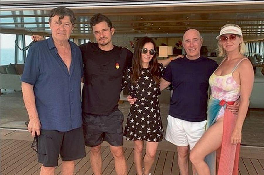 A bord du « Rising Sun », le méga-yacht de David Geffen (à dr.), avec Katy Perry (à dr.) et Orlando Bloom (2e en partant de la g.).