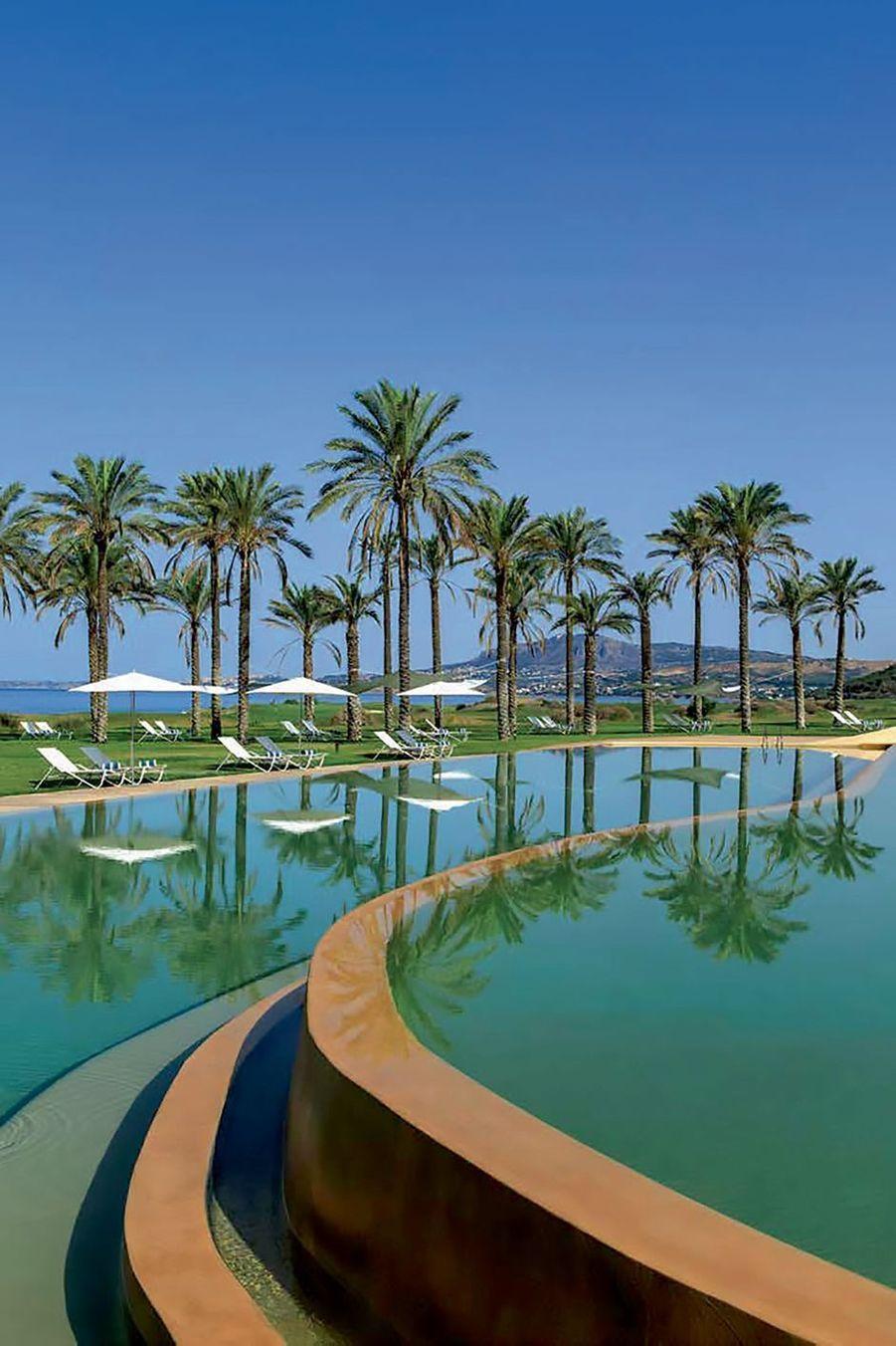Au Verdura Resort, la piscine à débordement avec vue sur la mer.