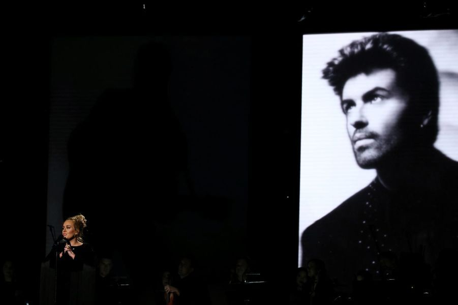 Adele rend hommage à George Michael.