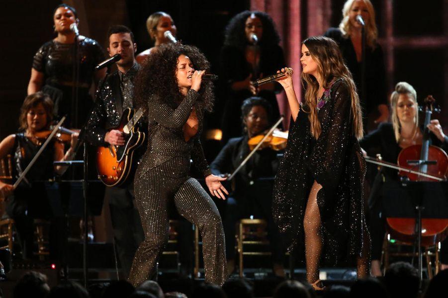 Alicia Keys et Maren Morris sur scène.
