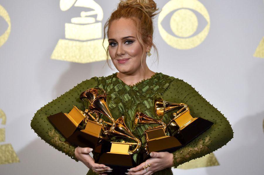 """Le 12 février 2017, Adele faisait son grand retour en remportant cinq Grammy Awards dont celui du meilleur album de l'année pour """"25""""."""