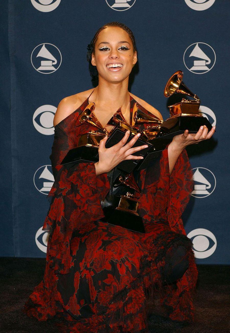 """Alicia Keys aux Grammy Awards le 27 février 2002. Elle avait remporté cinq trophées pour son album """"Fallin""""."""