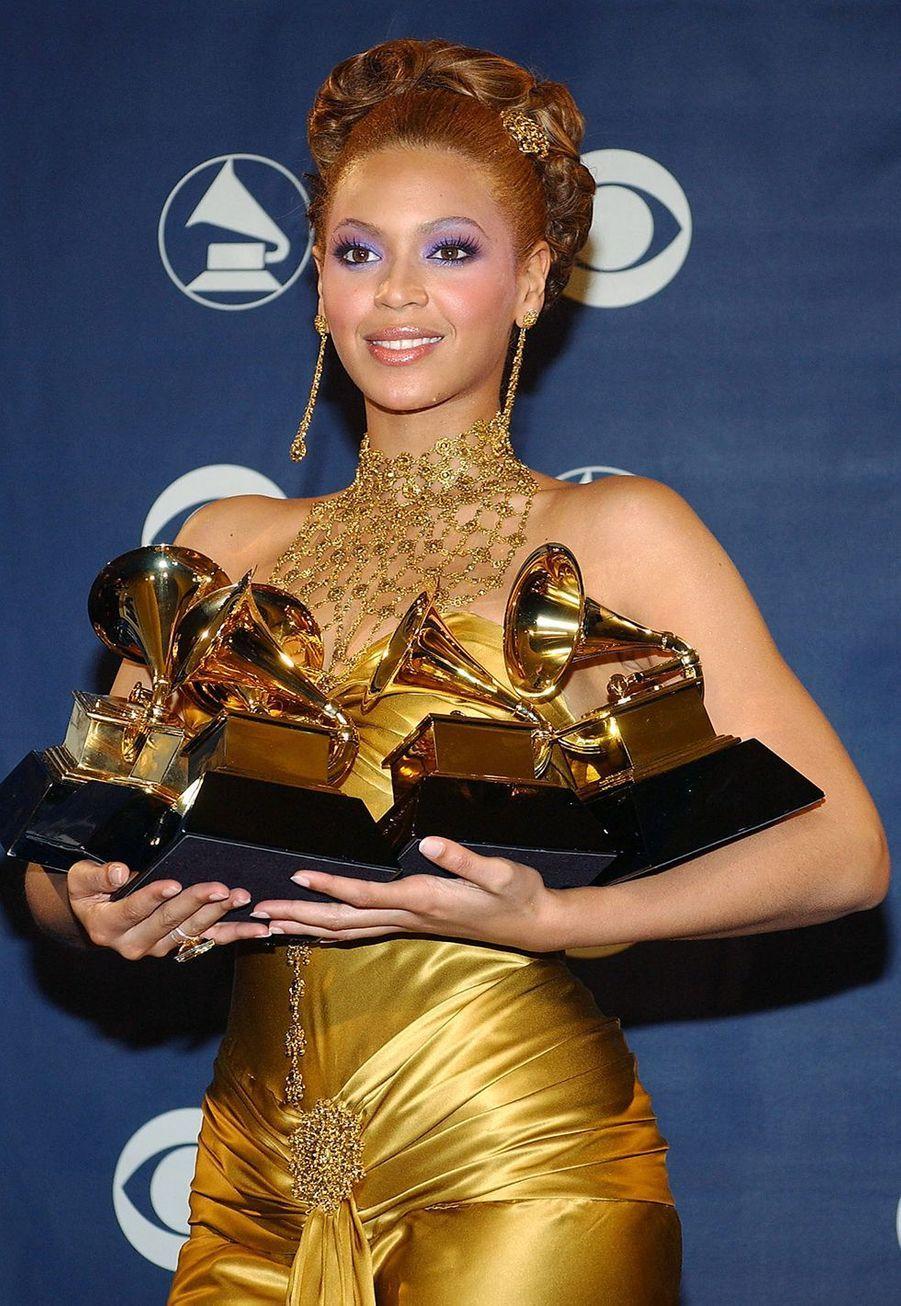 """Beyoncé aux Grammy Awards le 8 février 2004. Elle avait raflé cinq prix dont le Grammy de la meilleure prestation vocale R&B féminine pour """"Dangerously in Love""""."""