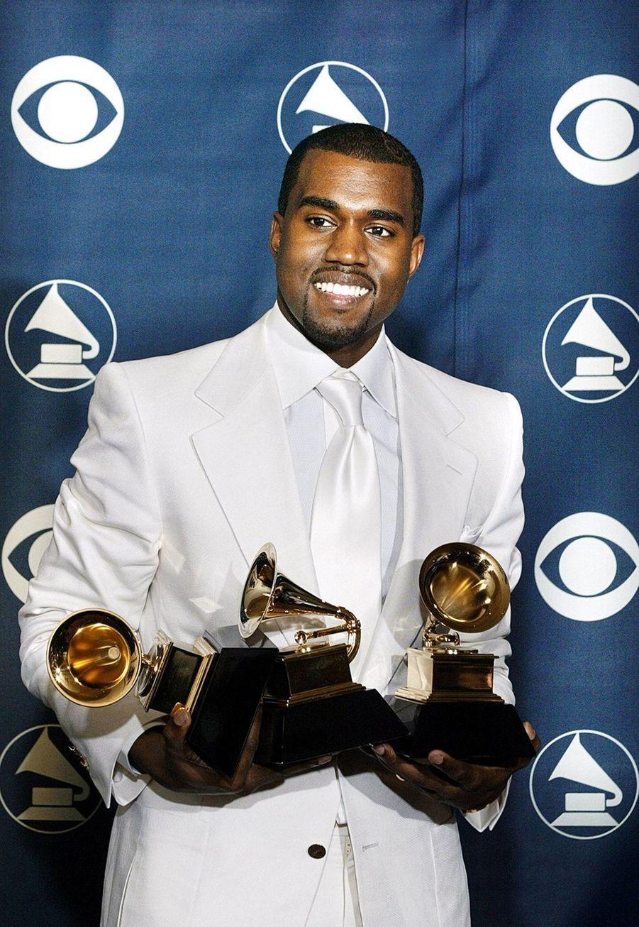 """Kanye West aux Grammy Awards le 13 février 2005. Le rappeur avait remporté trois prix, dont meilleur album de rap pour """"The College Dropout""""."""