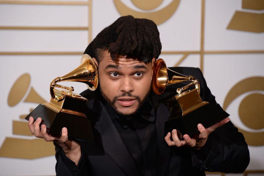 """Toujours en 2016, The Weeknd imposait son talent en remportant deux Grammy Awards dont celui de la meilleure performance R&B pour """"Earned It""""."""
