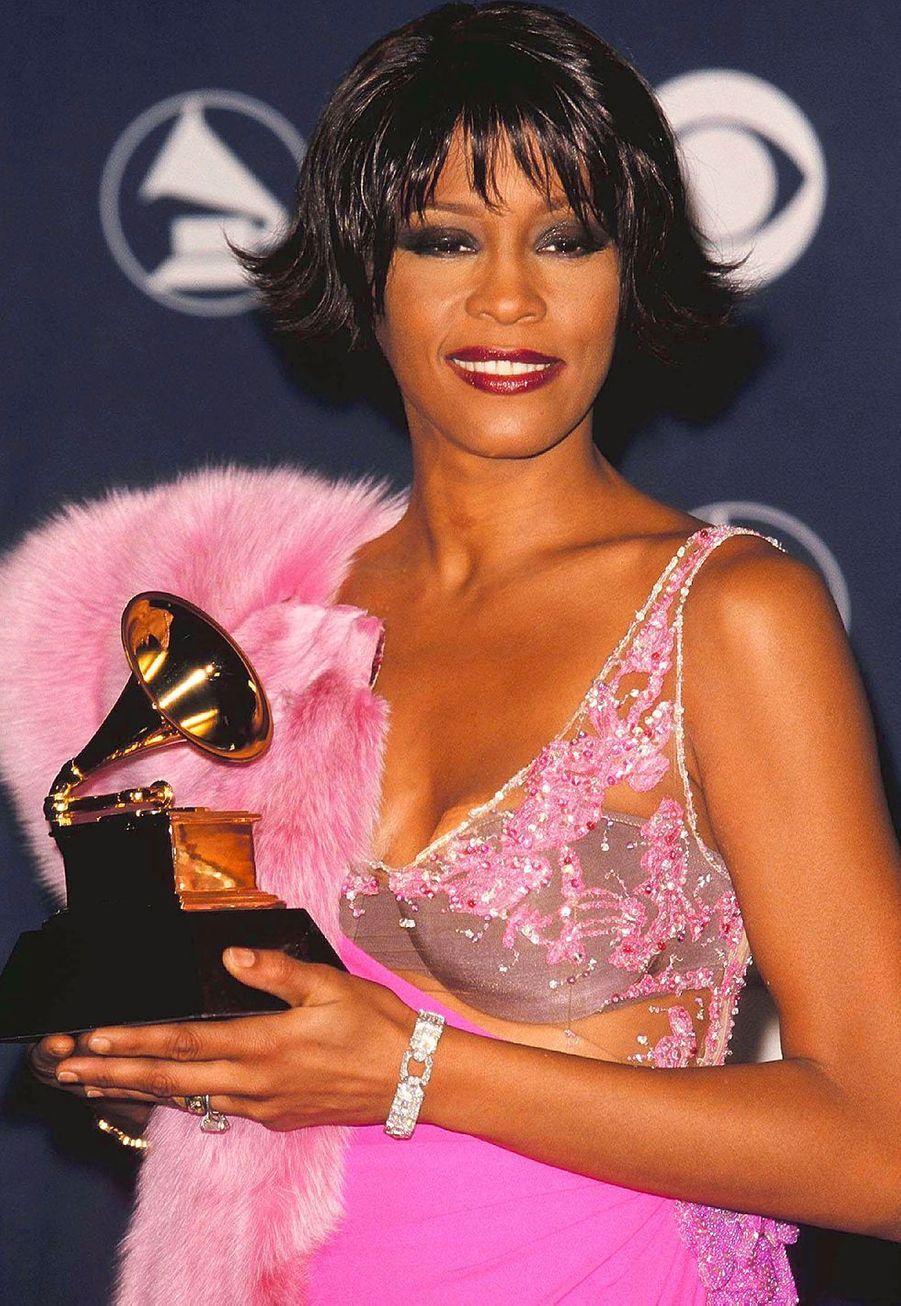 """Whitney Houston aux Grammy Awards le 23 février 2000. La regrettée chanteuse avait remporté le prixde la meilleure prestation vocale R&B féminine pour son titre """"It's Not Right but It's Okay""""."""
