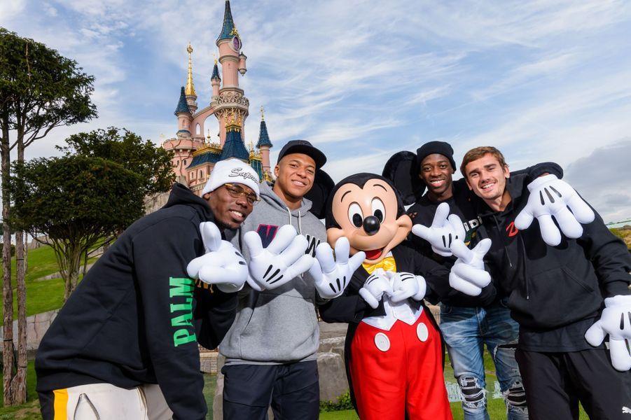 Pogba,Mbappé,Dembélé etGriezmann ont passé l'après-midi de vendredi à Disneyland Paris.