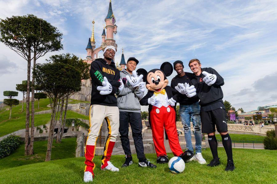 Pogba,Mbappé,Dembélé etGriezmann posent avec Mickey.