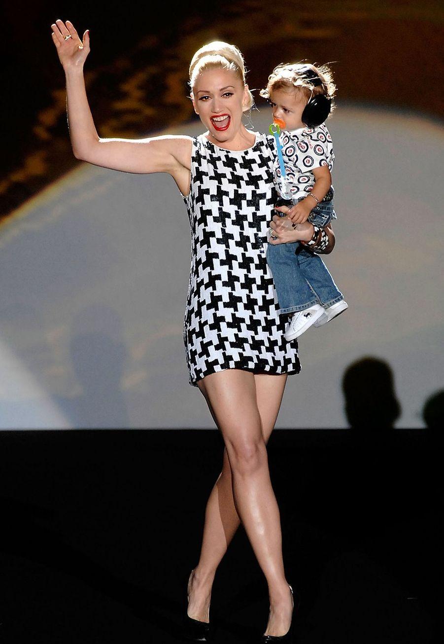Gwen Stefani sur le catwalk du défilé de sa marque L.A.M.B à New York, avec son fils Kingston James, en 2008.