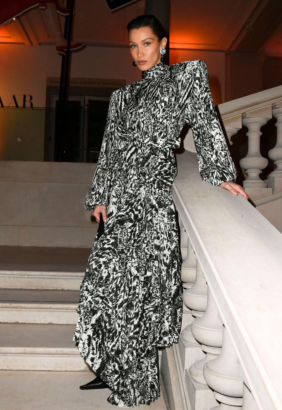 Bella Hadidau vernissage de l'exposition Harper's Bazaar au Musée des Arts décoratifs, à Paris, le 26 février 2020.