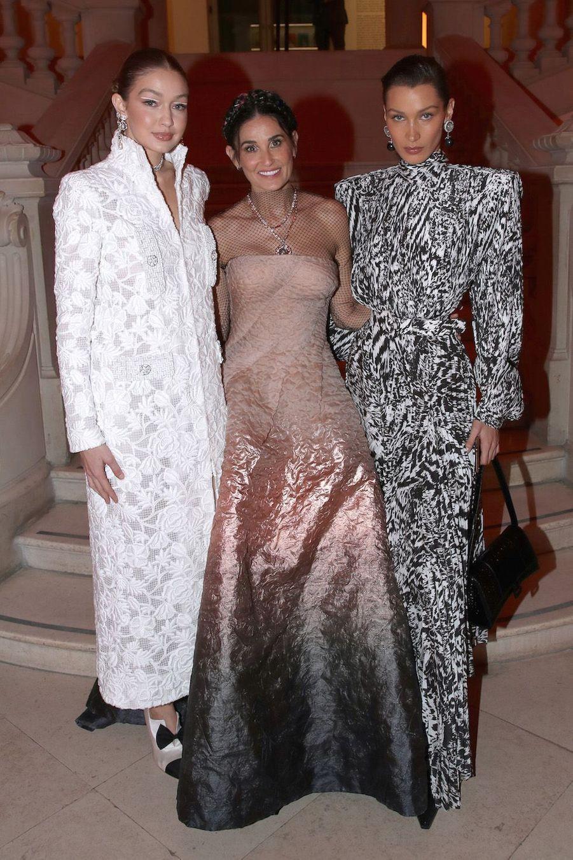 Gigi Hadid, Demi Moore et Bella Hadid au vernissage de l'exposition Harper's Bazaar au Musée des Arts décoratifs, à Paris, le 26 février 2020.