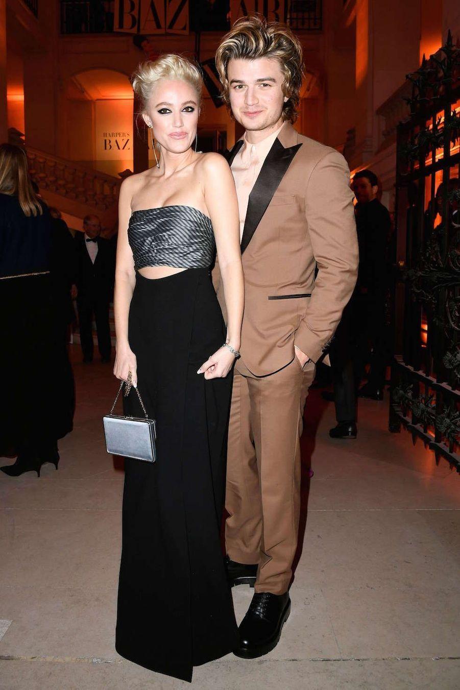 L'actrice Maika Monroe et l'acteur Joe Keeryau vernissage de l'exposition Harper's Bazaar au Musée des Arts décoratifs, à Paris, le 26 février 2020.